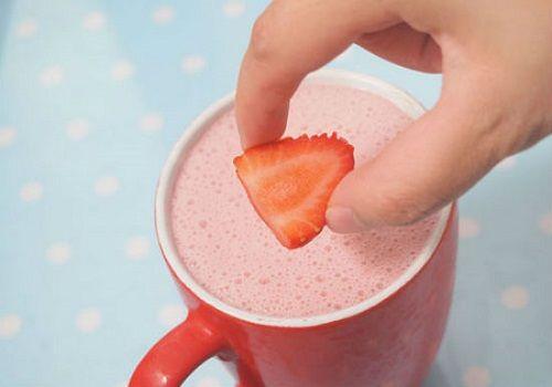 Tuyệt chiêu làm sữa lắc dâu tây thơm ngon hạ nhiệt mùa hè